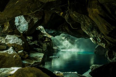 Cueva Grjotagja en islandia, agua termal