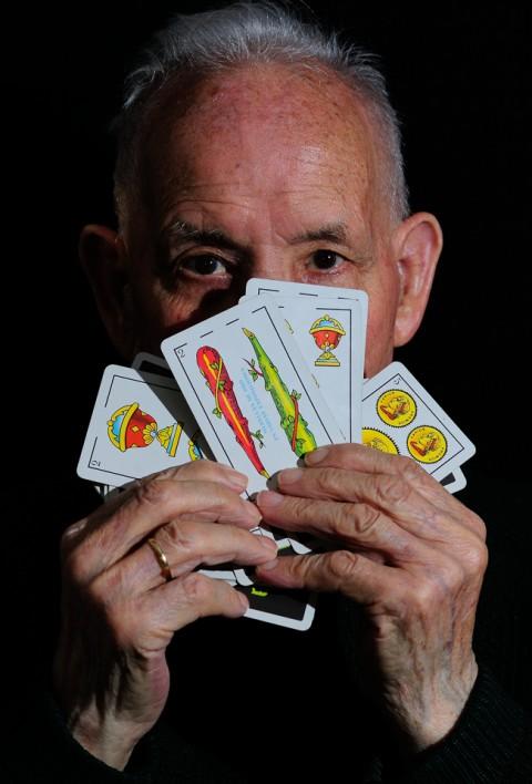 Abuelo jugando a las cartas