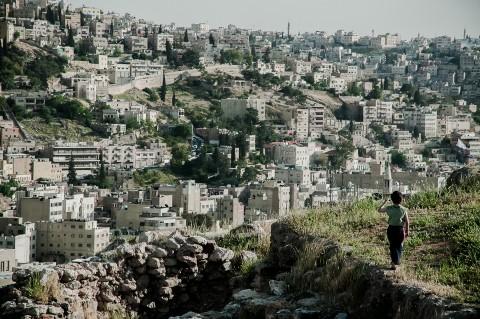 Niño paseando por la ciudadela de Amman , Jordania