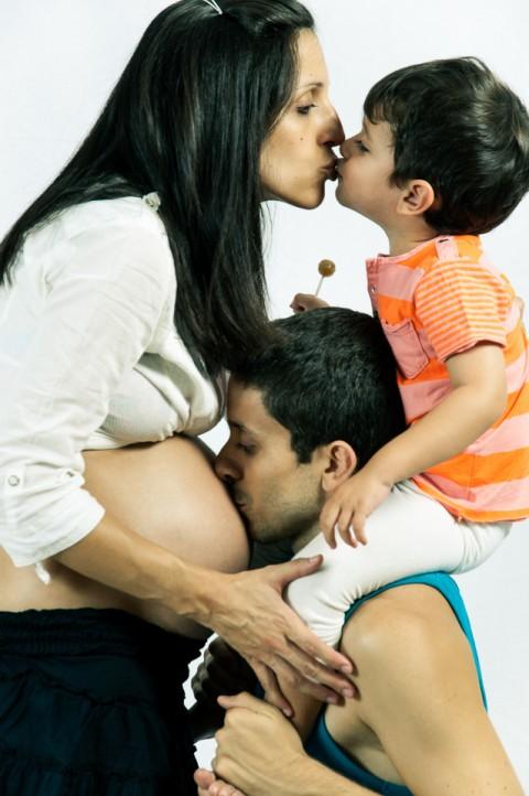 Familia demostrándose amor en sesión de embarazo