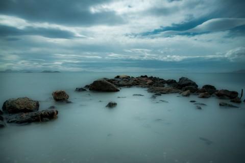mar y piedras en la manga del mar menor al atardecer