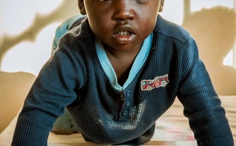 Bebe de reformatorio en Etiopía, bebe intenta levantarse