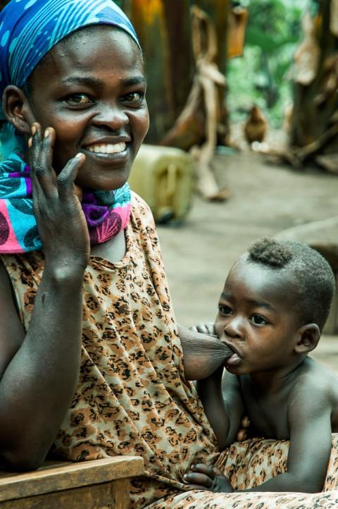 Madre da de mamar a su bebe en una aldea de Etiopía