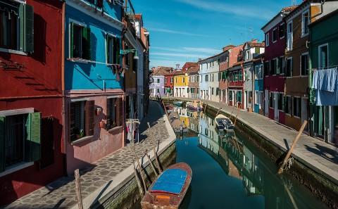Canal desde el puente en burano, islas de venecia , italia