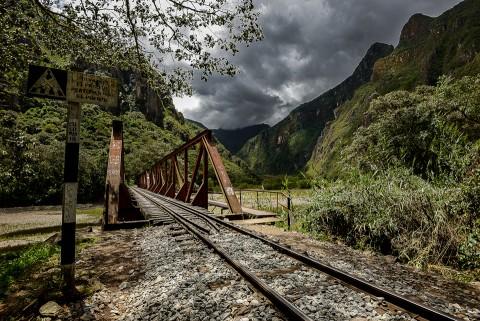 Railes de tren sobre puente en camino Inca cerca de Aguas calientes, Macchu Pichu, Perú