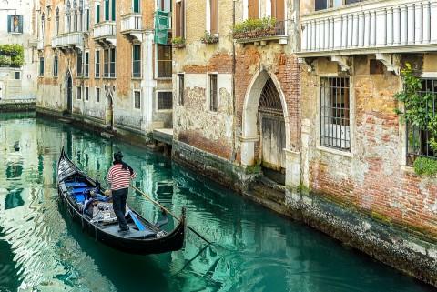 Góndola en los canales de Venecia , Italia