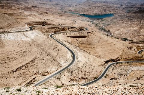 Carretera serpenteante por el desierto en Jordania