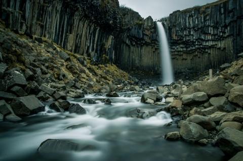 Cascada Svartifoss en Islandia, rodeada por columnas basálticas negras, de origen volcánico
