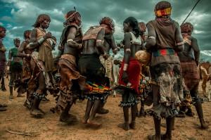 Baile de tribu Hammer durante la ceremonia Bull Jumping en Etiopía