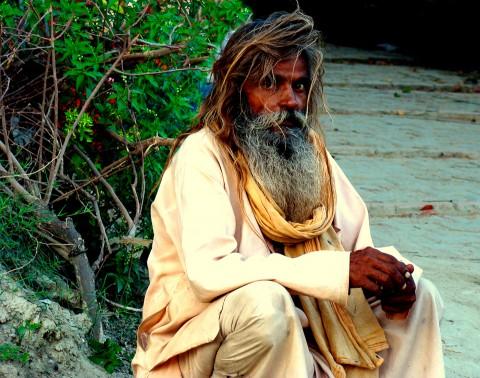 Hombre Indio con barba larga blanca mira a la camara