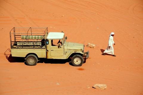 Jeep y beduino en el desierto de wadi rum, Jordania