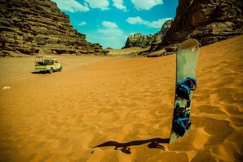 Tabla de sand board y Jeep, desierto de Wadi rum , Jordania