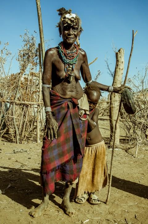 Abuela con su nieto, tribu Dassanetch en Etiopía