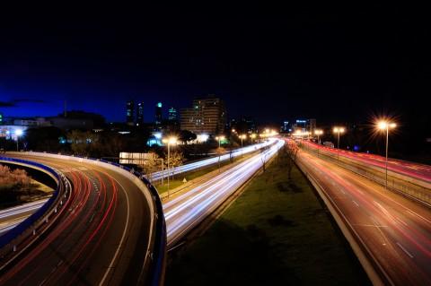 Foto nocturna de estelas de los coches en carretera de Madrid
