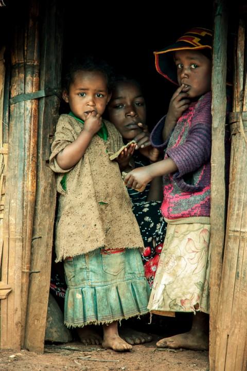 Familia humilde en aldea Dorze en Etiopía