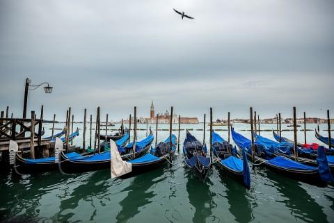 Muelle de góndolas sobre el gran canal de Venecia , Italia