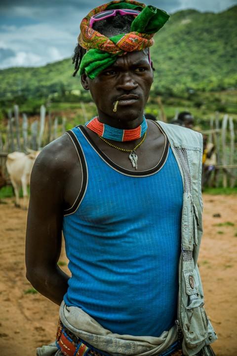 Hombre Banna en mercado del ganado