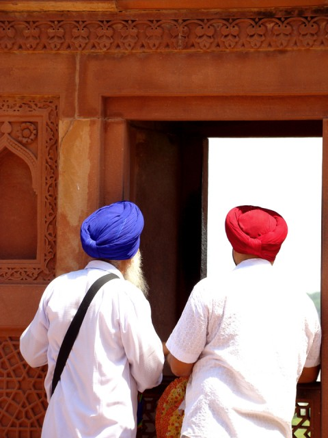 Hombres Sij mirando por ventana en India