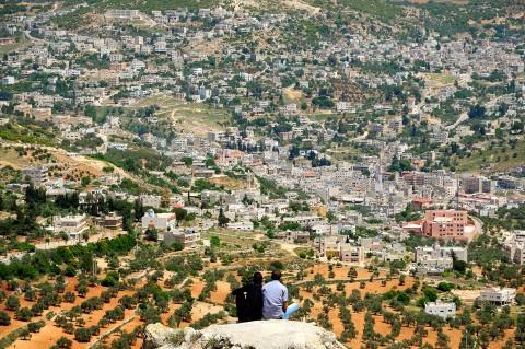 Hombre sentados observando la ciudad, Jordania