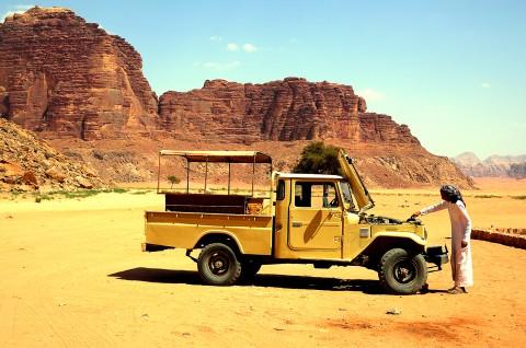Hombre repostando Jeep, desierto de Wadi rum , Jordania