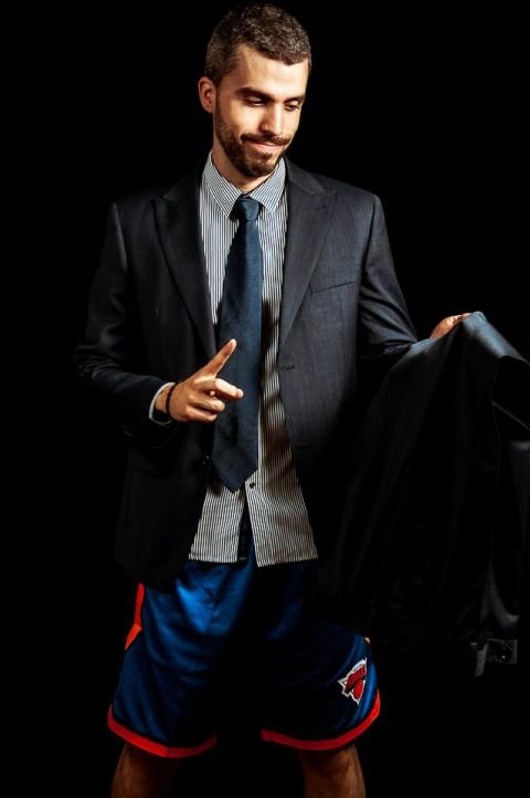 Sesión de estudio, jugador de baloncesto con traje de oficina