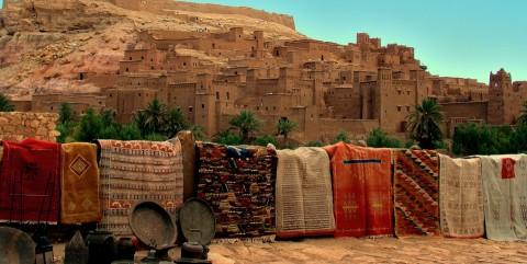 Vendedor con Kasbha de fondo en Marruecos