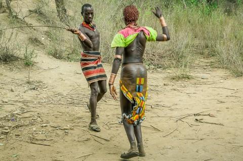 Hombre latigazo a mujer , tribu Hammer, ceremonia Bull Jumping en Etiopía