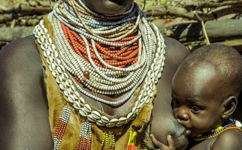 Madre dando de mamar a bebe, Etiopía