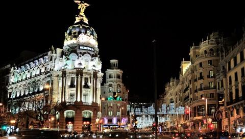Entrada a Madrid por gran vía, edificio Metrópolis