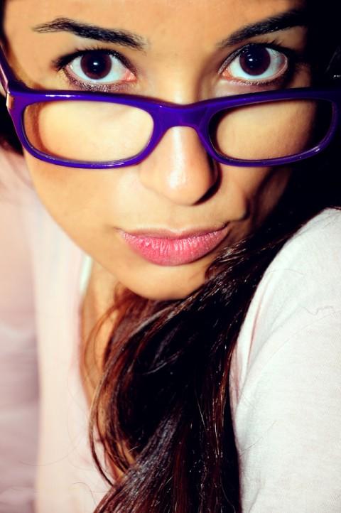 Sesión de Modelo , morena con gafas