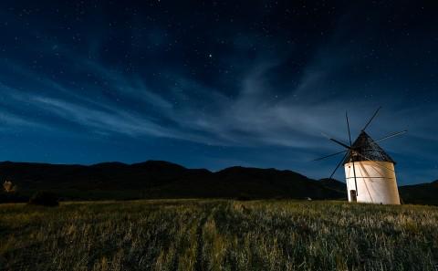 Molino de viento y cielo estrellado, San Jose, Cabo de Gata, Almería