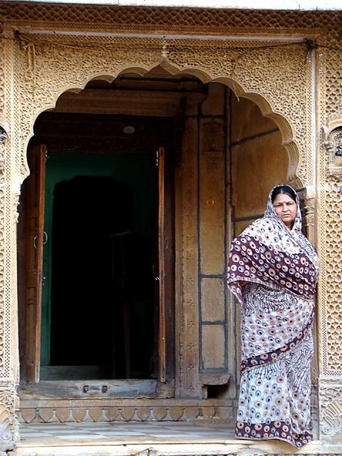 Mujer arabe en arco estilo andalucí