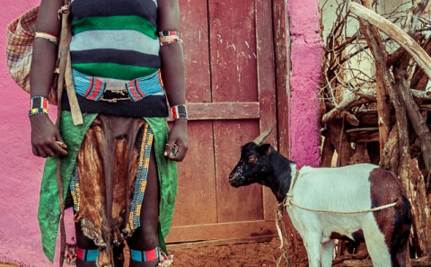 Mujer Banna con cabra , Etiopia