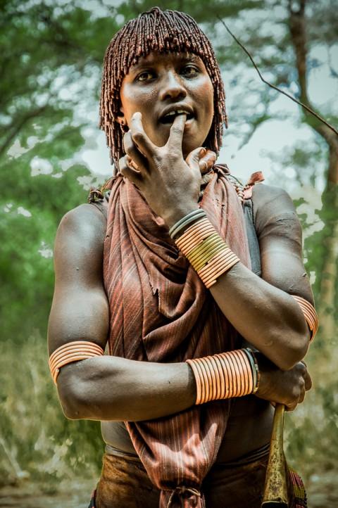 Mujer de la tribu Hammer observa, Etiopía