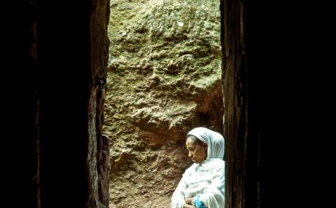 Mujer en iglesias excavadas de lalibela, Etiopía