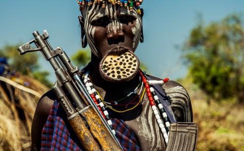 Mujer de la tribu Mursi armada y con plato en el labio, Etiopía