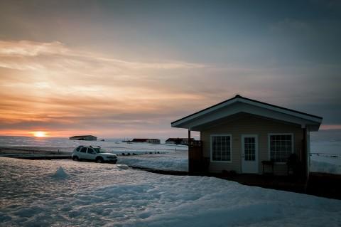 Casa y coche al atardecer en Myvatn, Islandia