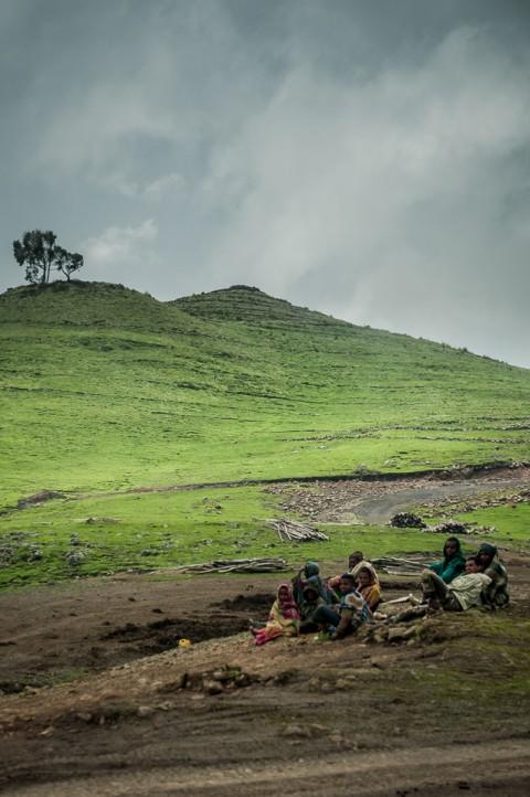 Jovenes en las montañas Simien, Etiopía en un día nublado y frio