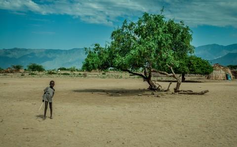 Niño en pueblo Arbore, Etiopia