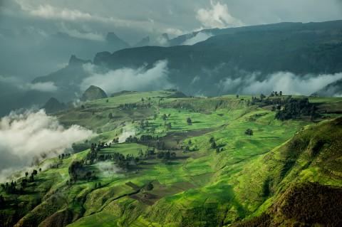 Paisaje verde y con niebla en las montañas Simien, Etiopia