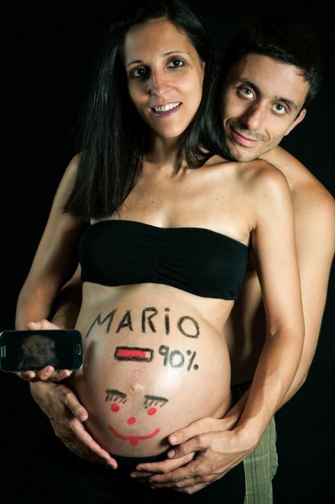 Sesión de embarazo, futuros padres muestran ecografía de su hijo y mostrando avance del embarazo