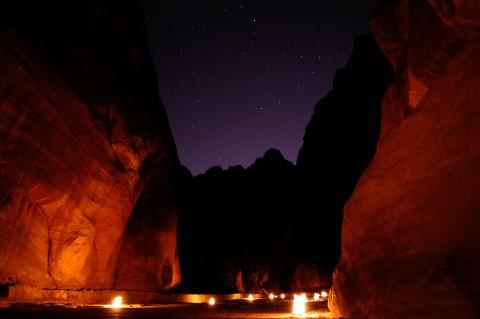Petra by night, Petra de noche, el Siq acordonado con velas hasta el tesoro