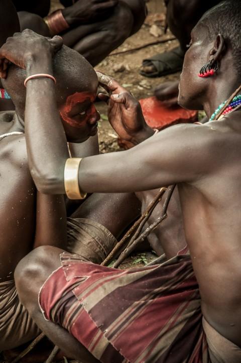 Ceremonia Bull Jumping, Etiopia. Los hombres hammer se pinta para la ceremonia