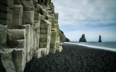 Playa de arena negra en Vik con su cueva Reynisdrangur, Islandia