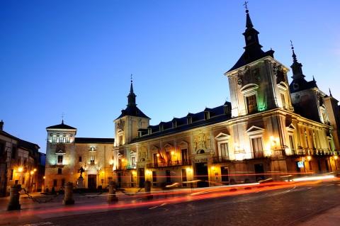 Plaza de la Villa de noche, Madrid. Estelas de coches