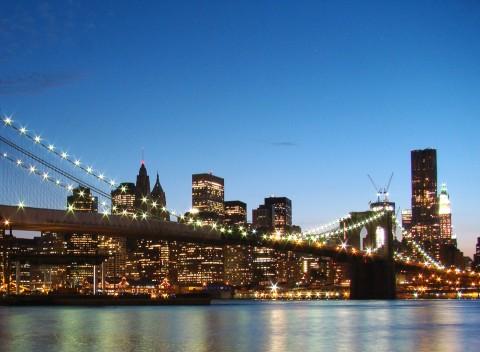 Foto nocturna puente de Brooklyn