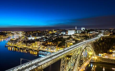 Foto nocturna del puente de Luis I , Oporto, Portugal