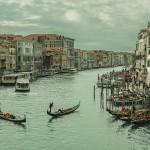 Foto de día del gran canal de Venecia desde el puente de Rialto, Italia