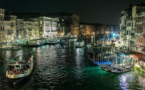 Foto nocturna del gran canal de Venecia desde el puente de Rialto, Italia