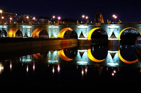 Foto nocturna del Puente de Toledo en Madrid
